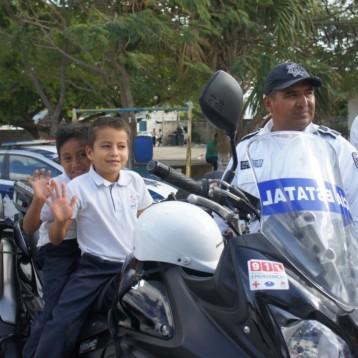 CONVIVEN POLICÍAS DE ISLA MUJERES CON ESTUDIANTES