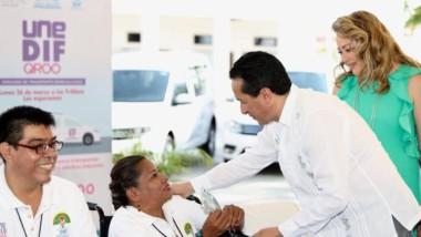 Carlos Joaquín entrega 15 vehículos para el transporte de tres mil personas con discapacidad