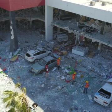 Peritos de la Fiscalía revisan plaza Lemaz tras fuerte explosión
