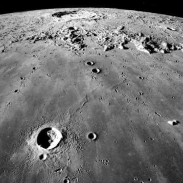 Hombre graba 'objetos no identificados' cerca de la luna