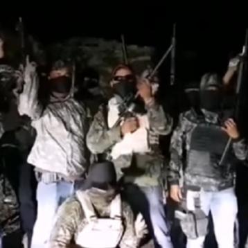 Comando acusa en video a alcalde en Oaxaca de abusos, matar inocentes y de desapariciones