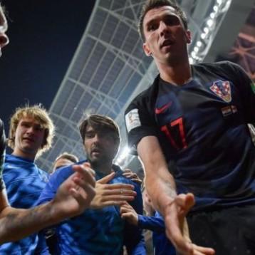 Mundial de Rusia 2018: Yuri Cortez, el fotógrafo salvadoreño que acabó sepultado por los jugadores de Croacia cuando celebraban el gol que les dio el pase a la final