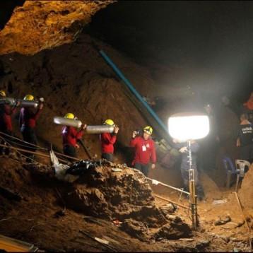 Mantienen esperanzas de encontrar a niños atrapados en cueva