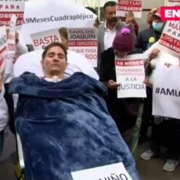 Empresario parapléjico, víctima de agresión, protesta en casa de transición de AMLO