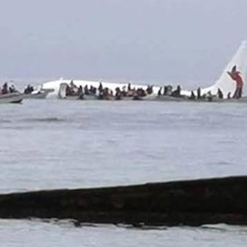 Por un error, avión realiza aterrizaje en laguna