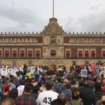 Concluye marcha por estudiantes de Ayotzinapa en el Zócalo de la CDMX