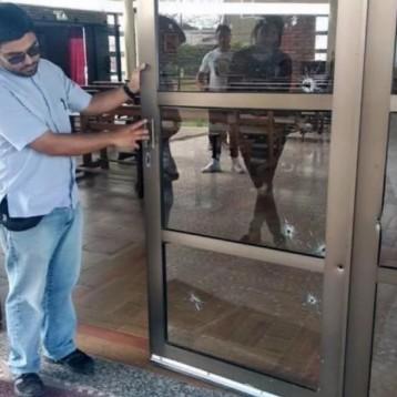 En Rosario, tirotearon un colegio y la parroquia de un cura que denunció a bandas narco